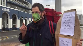 WATCH: Arrested Muizenberg protester makes getaway on bike (kxp)