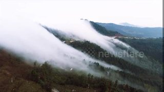 'Cloud waterfall' rolls down mountain in southern China - Video