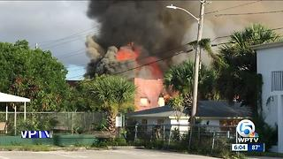 No one injured in abandoned building fire in West Palm Beach - Video