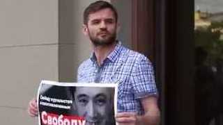 Russian Journalists Protest Deportation of Gay Uzbek Reporter - Video