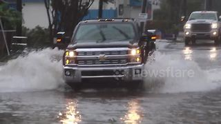Drivers brave floods in Wilmington, North Carolina - Video