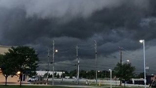 Shelf Cloud Rolls into Indianapolis - Video