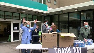 Brewers, Milwaukee Fire Department thank heroes at Aurora St. Luke's with Wahlburgers