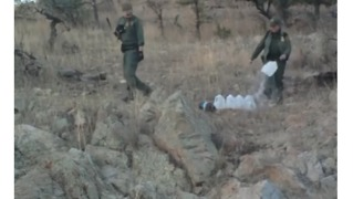 US Border Patrol Agents Destroy, Confiscate Supplies Left for Migrants - Video