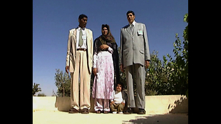 World's Tallest Couple Meet Smallest Man - Video