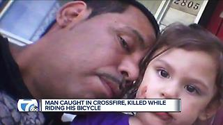 Man caught in crossfire, killed on bicycle - Video