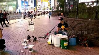 Amazing street drummer wows commuters in Tokyo - Video