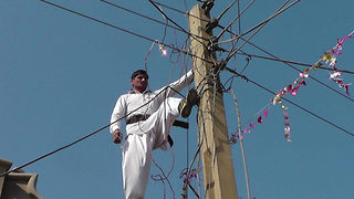 Power house 23-year-old can touch live electric wires without feeling a shock - Video