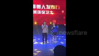 Award ceremony host faints on stage - Video