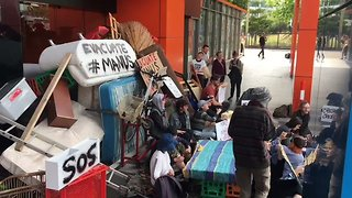 Manus Protesters Barricade Entrance to Melbourne Border Force Office - Video
