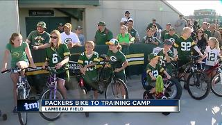 Packers players ride kids bikes to training camp practice - Video