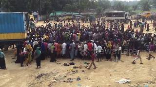 Hundreds of Rohingya refugees queue for aid in Bangladesh - Video
