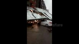 Falling billboard smashes cars in heavy China winds - Video