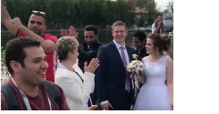 Egyptian World Cup Fans Dance and Sing Around Russian Newlyweds - Video