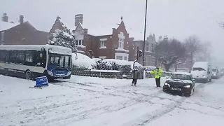 Heavy snowfall causes travel chaos in Lincoln - Video