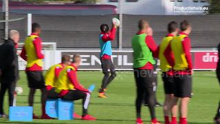 PSV players forced to play with tennis balls in their hands to avoid penalties - Video