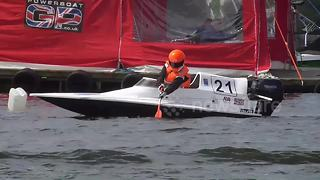 Power boat becomes glorified canoe after engine failure - Video
