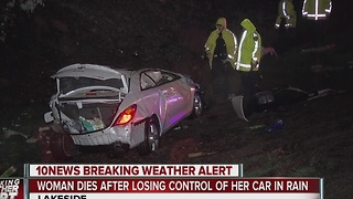 Woman dies after losing control of her car in the rain - Video