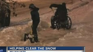 Young Good Samaritans help wheelchair-bound Milwaukee man shovel snow - Video