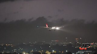 Incredible footage of stormy weather landing at Sydney Airport