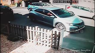 Man and woman take 8 minutes to manoeuvre car into parking space before giving up - Video