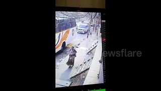 Terrifying moment armed man robs woman on busy road - Video