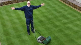 It's claude mow-net – Dad mows spectacular patterns into suburban front lawn - Video