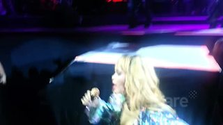 Rihanna hits fan with microphone - Video