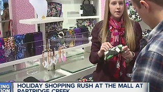 Last minute shoppers hit the malls - Video