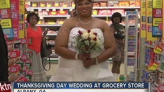 Georgia couple gets married at the grocery store - Video