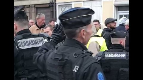 Police Clear Yellow Vest Protesters From Town Ahead of Macron's Arrival for 'National Debate'