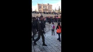 Protesters jeer Israeli soldiers at Jerusalem's Old City - Video