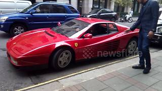 Ferrari driver has difficulty parking supercar outside hotel in Green park - Video
