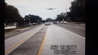 Dashcam video captures plane landing on Florida road - Video