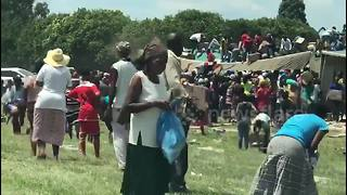Looters in South Africa steal crashed lorry's washing powder - Video