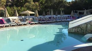 UK tourist captures rush for holiday sun loungers - Video