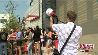Hundreds turn out to H&M grand opening - Video