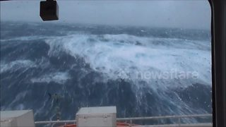 Ship battles giant waves in the North Sea - Video