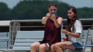 Social experiment exposes selfie-centered babysitter - Video