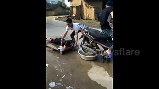 Man uses motorbike to wash and dry his hair - Video