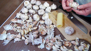 5 food life hacks: How to peel garlic - Video