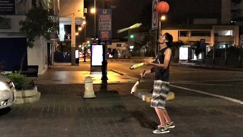 Street performer in Ecuador displays unbelievable talent
