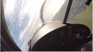 Flight Instructor Shows Incredible Maneuvering Skills As He Narrowly Avoids Mid-Air Collision - Video