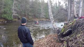 Little girl tests out epic homemade rope swing - Video