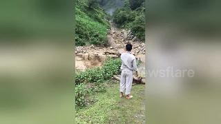 Landslide caused by heavy rain caught on camera in Vietnam - Video