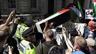 Angry protesters greet Israeli Prime Minister Netanyahu during UK visit