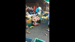 Two GRANNIES fight over fruit stalls in Thailand - Video
