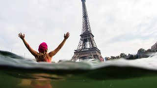 Daring adventurer surfs in Paris waters beneath the Eiffel to raise awareness for climate change - Video