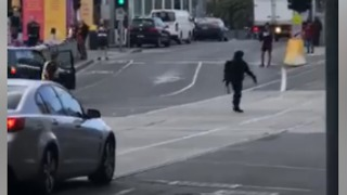 Driver Speeds Erratically Through Melbourne CBD Before Being Tackled by Police - Video