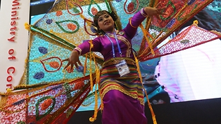Amazing Myanmar peacock dance in China - Video